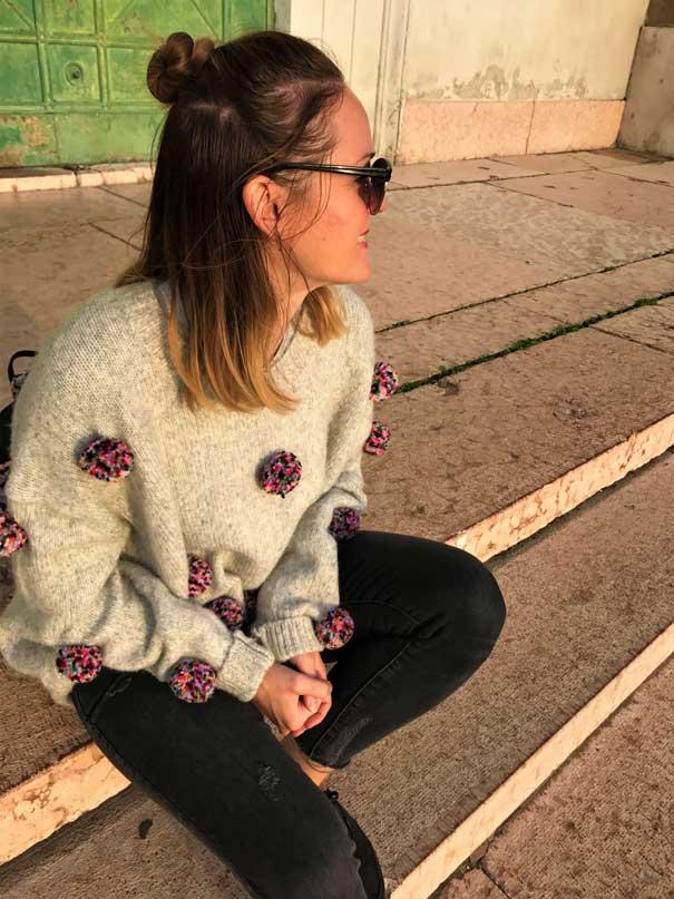 pom pom pullover 1 - TOP 10 pletených modelov, ktoré túto zimu očaria i zahrejú