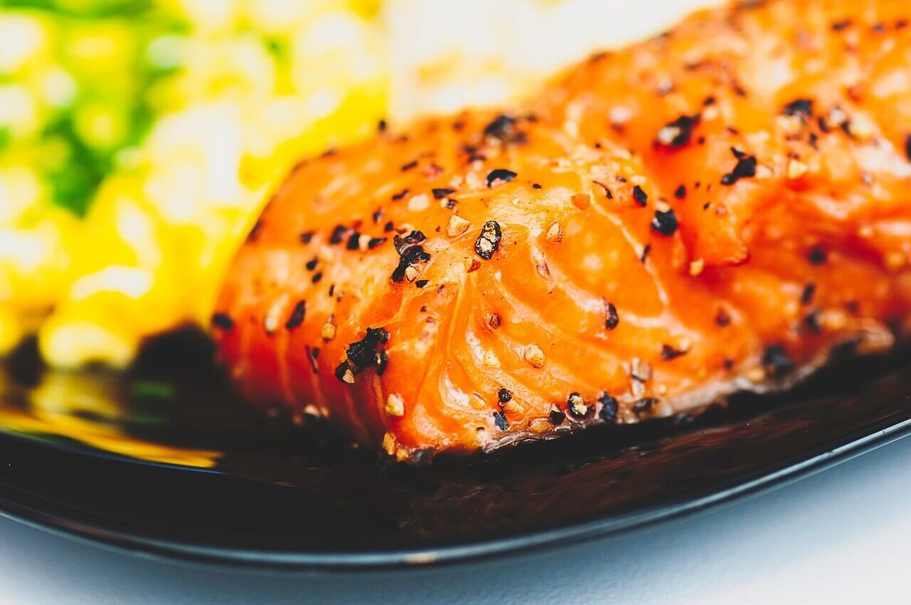 salmon 923964 1280 - Saltimbocca vom Lachs mit Gremolata-Stampfkartoffeln