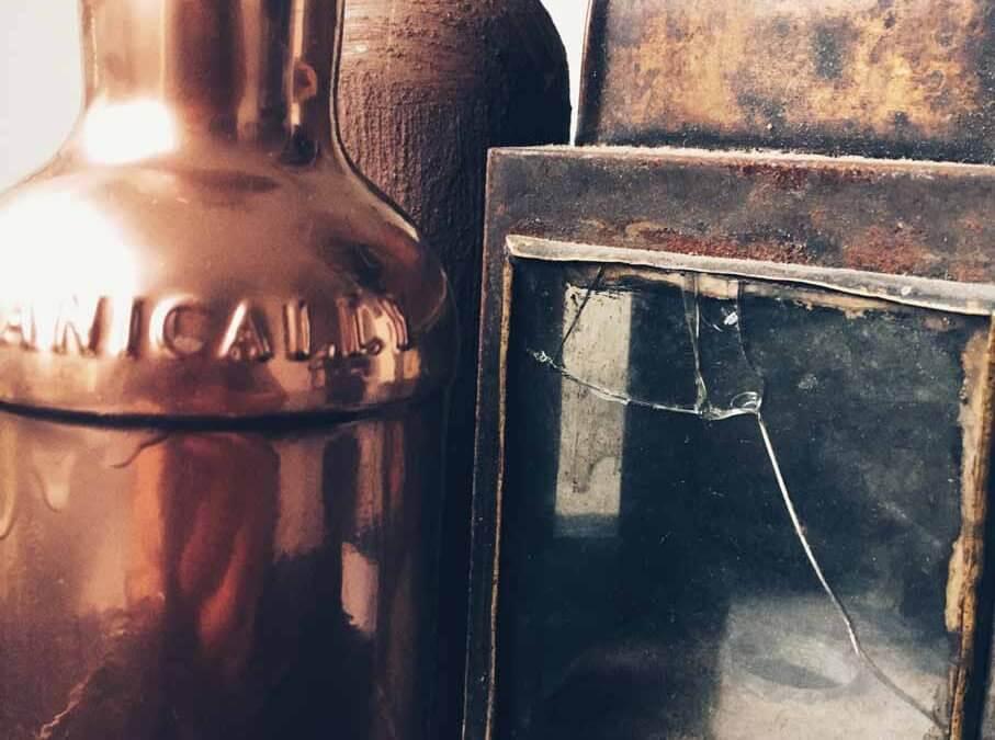 Fľaše a industriál v hlavnej úlohe