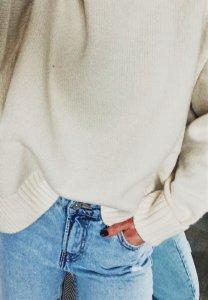white 208x300 - TOP 10 pletených modelov, ktoré túto zimu očaria i zahrejú
