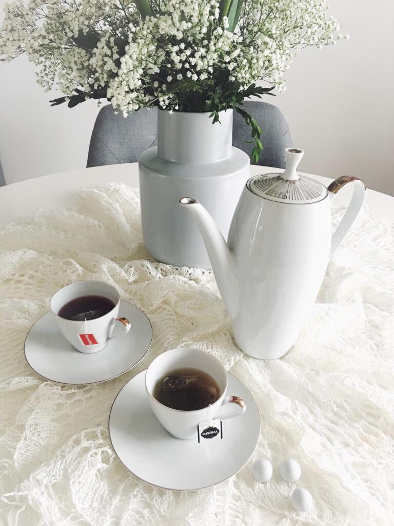 22409631d Neviem ako vy, no ja mám pri tejto otázke zakaždým dilemu. Nič nie je nad  šálok horúceho čaju s medom a citrónom, no ráno bez kávy? Tak to by teda  nešlo!