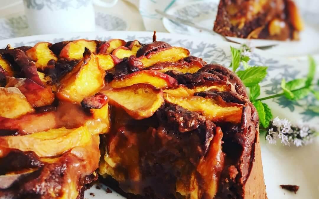 Vegánska čoko-broskyňová torta s amarettom