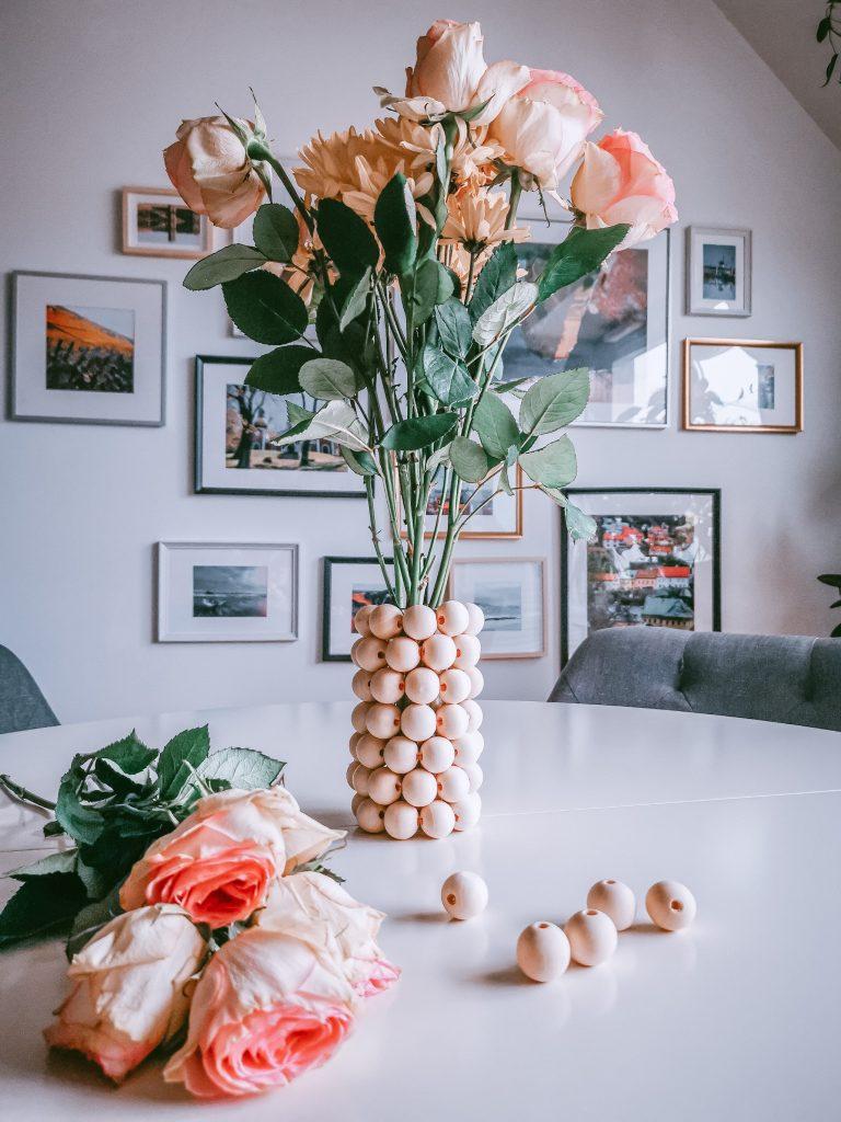 1 768x1024 - Einfache Vase aus Holzperlen zum Nachmachen