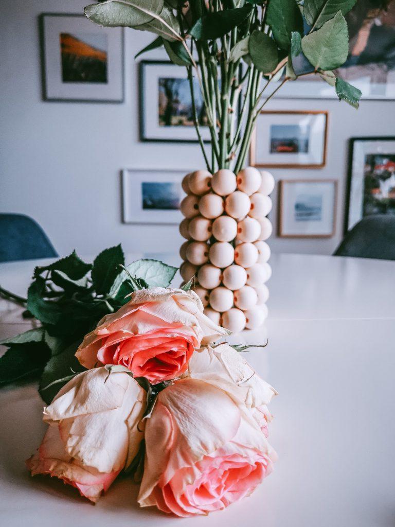 2 768x1024 - Einfache Vase aus Holzperlen zum Nachmachen