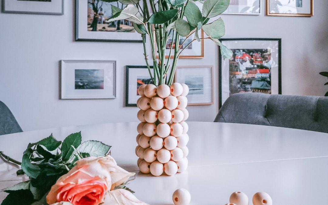 Einfache Vase aus Holzperlen zum Nachmachen