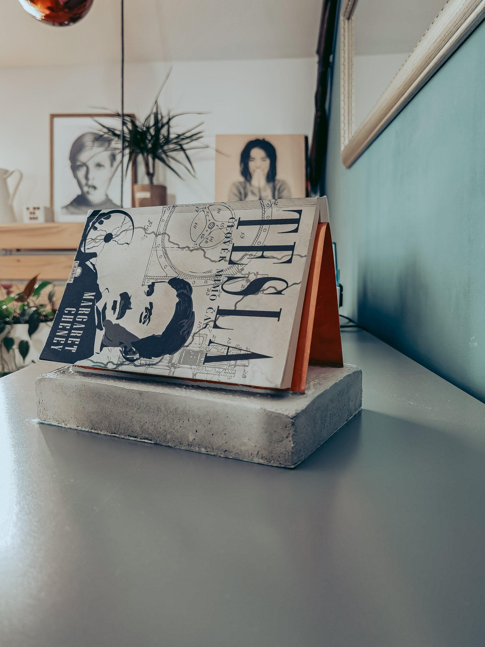 IMG 20210823 124038 scaled - Praktischer Buch-Halter aus Kupfer und Beton